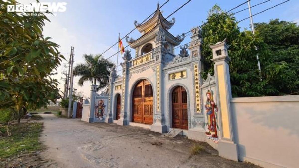 Bé Duy trốn cạnh ngôi chùa rồi được người dân phát hiện, cứu giúp.