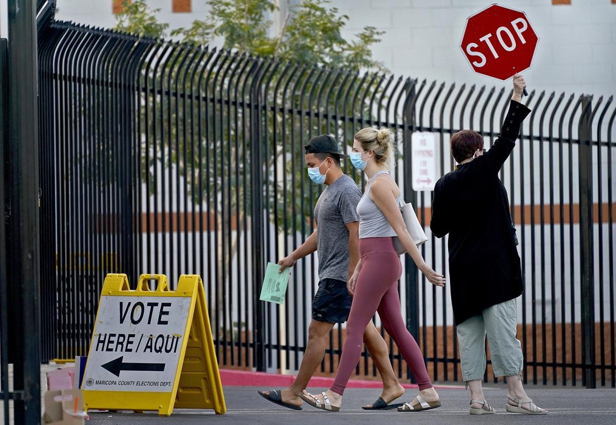 Cử tri đi bỏ phiếu tại thành phố Phoenix. Ảnh: AP.