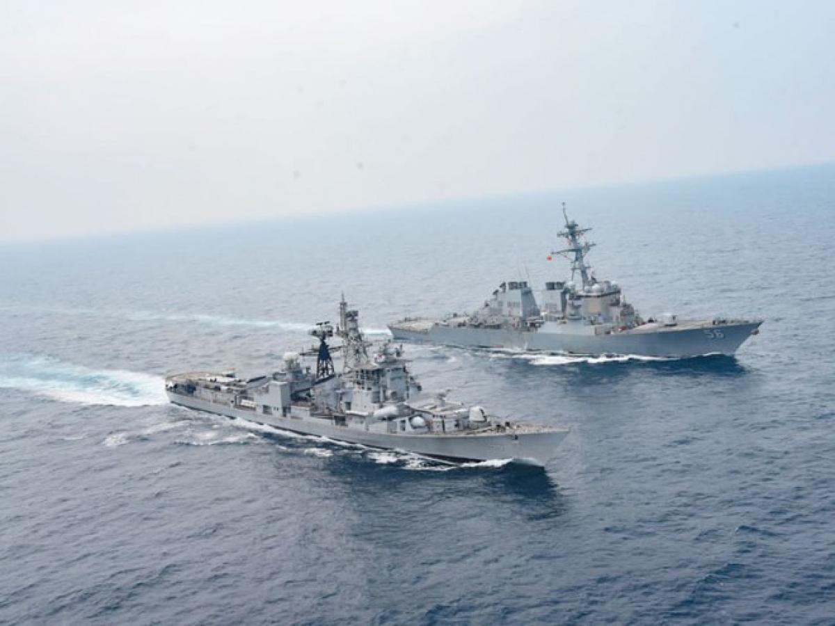 Tàu khu trục USS John S.McCain (Mỹ) và tàu khu trục INS Ranvijay trong cuộc tập trận Malabar năm nay. Ảnh: ANI.
