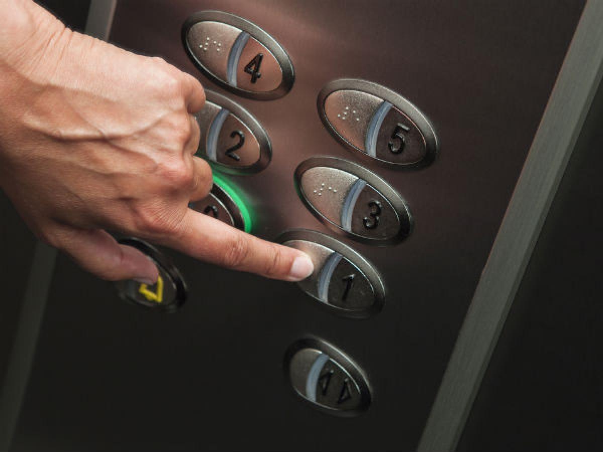 Sử dụng thang máy: Có ba lý do thang máy khiến bạn dễ mắc cảm lạnh hơn. Thứ nhất, thang máy khiến bạn lười vận động hơn; thứ hai, nút bấm của thang máy chứa rất nhiều vi khuẩn; và thứ ba, không gian kín của thang máy khiến mầm bệnh dễ lây lan hơn.