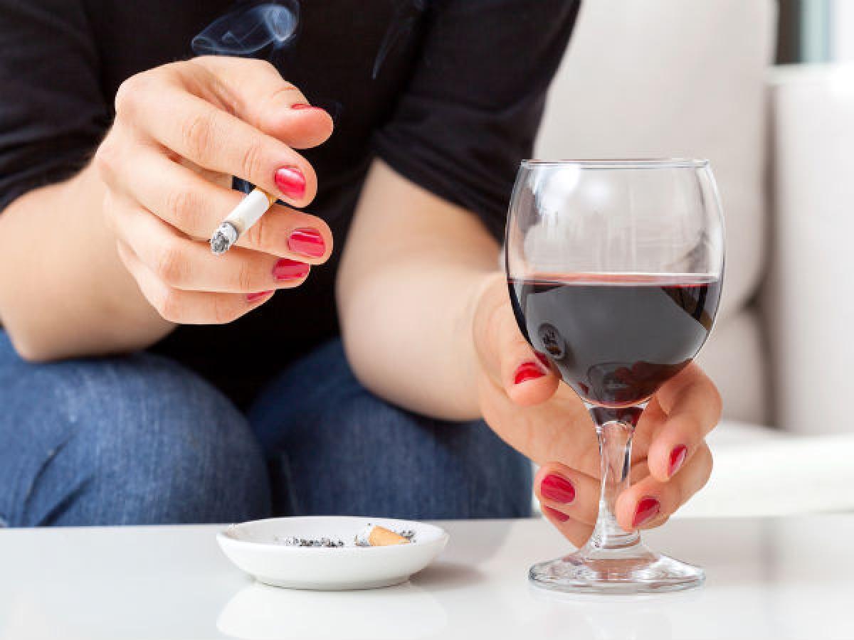 Sử dụng rượu bia, thuốc lá: Uống rượu bia và hút thuốc lá đều làm suy yếu hệ miễn dịch, khiến cơ thể dễ nhiễm khuẩn và mắc bệnh hơn. Theo chuyên gia, hút thuốc gây tổn thương hệ hô hấp, còn rượu bia có tính ức chế miễn dịch.