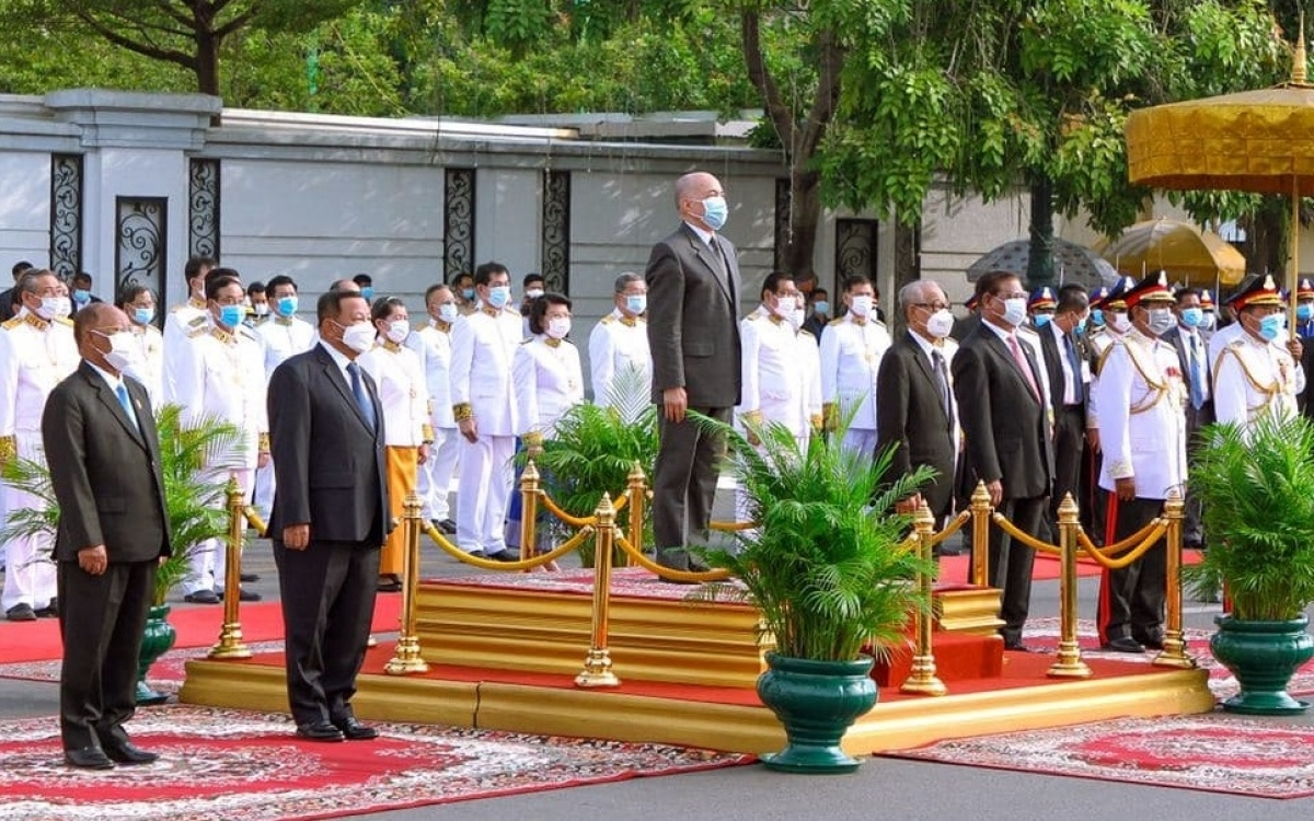 Quốc vương Norodom Sihamoni chủ trì lễ chào cờ và thắp ngọn đuốc chiến thắng tại Ðài Ðộc lập.
