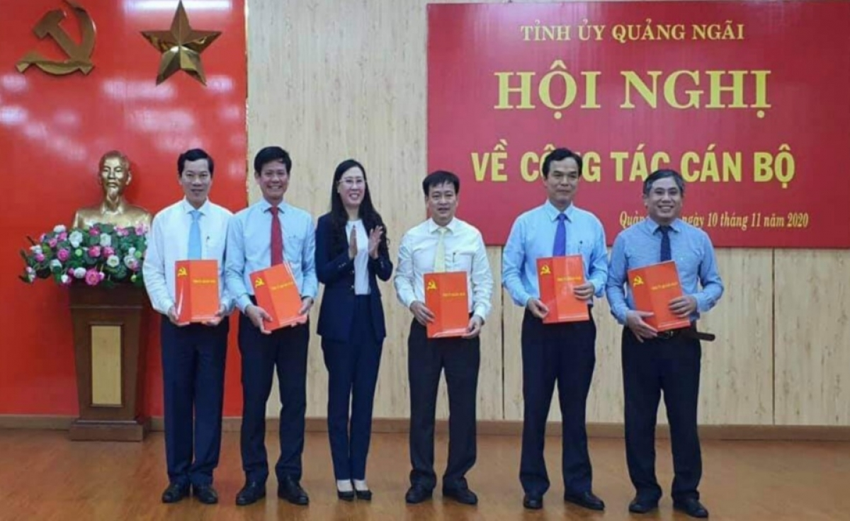 Bà Bùi Thị Quỳnh Vân, Bí thư Tỉnh ủy Quảng Ngãi trao quyết định bổ nhiệm cán bộ.