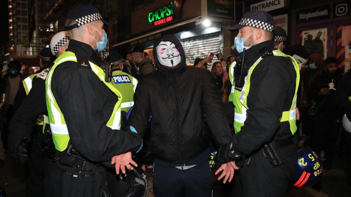Anh bắt giữ hơn 100 đối tượng vi phạm lệnh phong tỏa mới ban hành. Ảnh: BBC