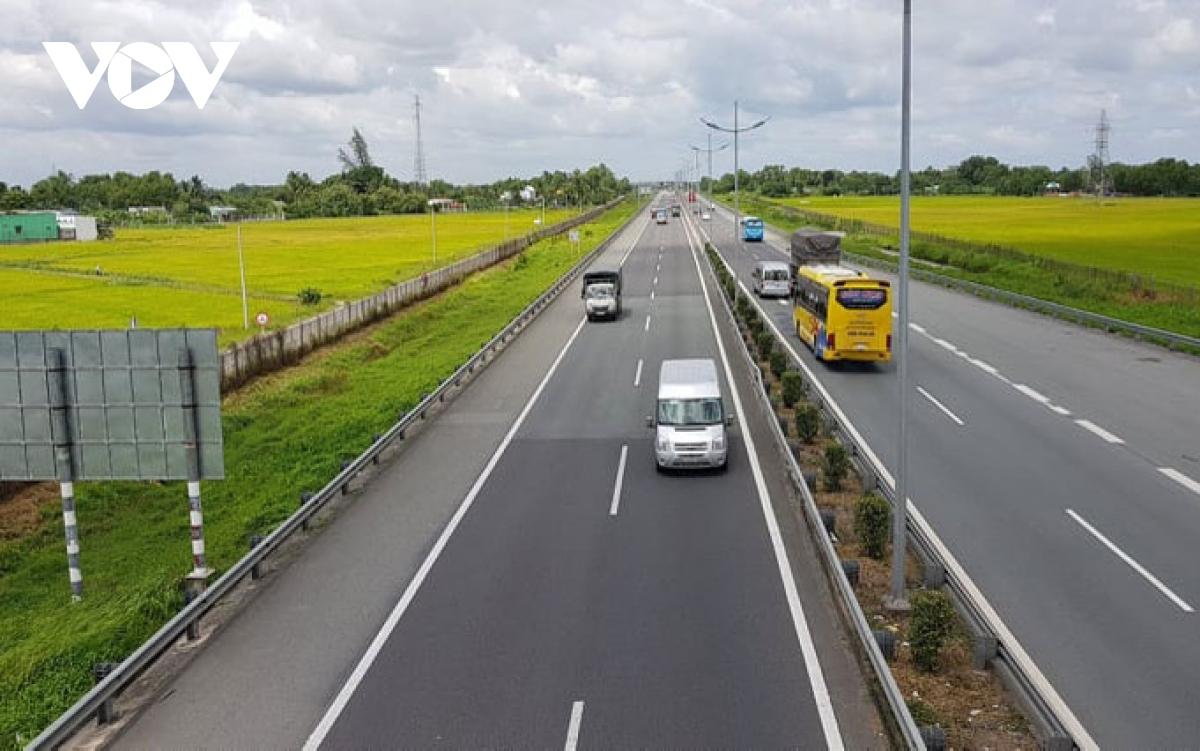 Có nên quy định về thu phí trên đường cao tốc?