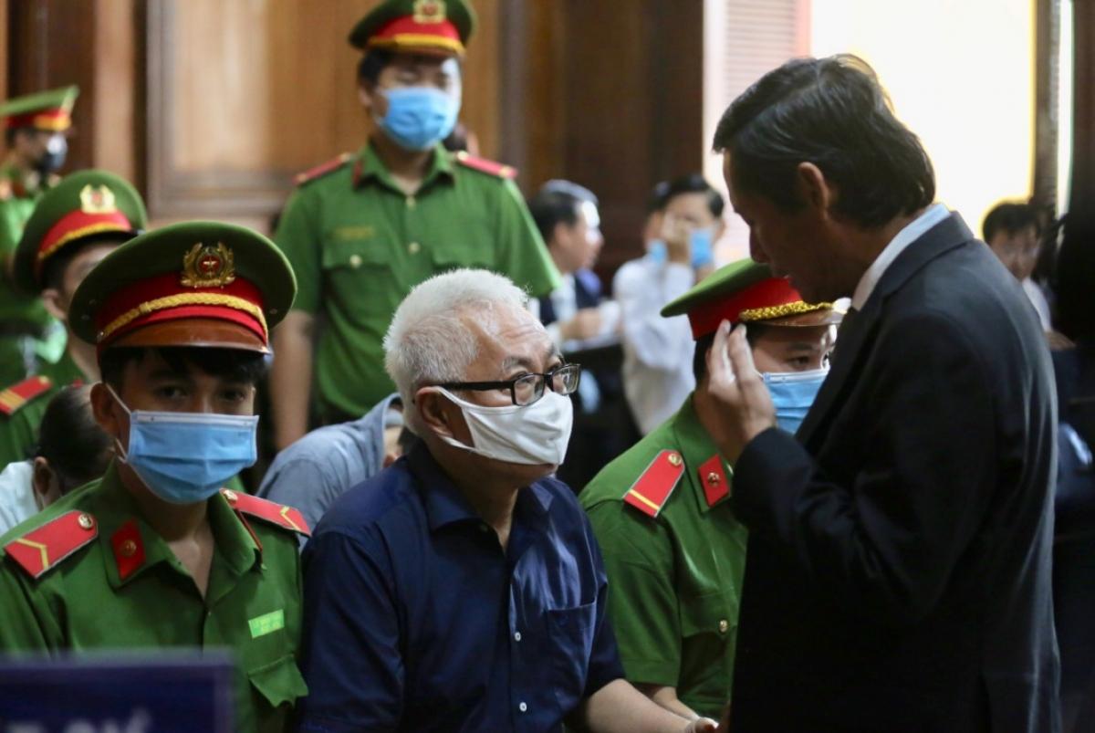 Bị cáo Trần Phương Bình trao đổi với luật sư bào chữa