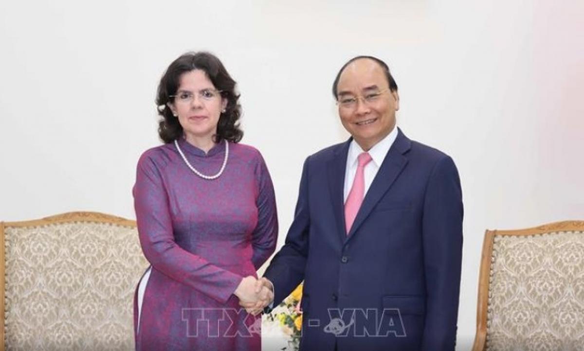 Thủ tướng Nguyễn Xuân Phúc vàĐại sứ Cuba Lianys Tores Rivera. (Ảnh: TTXVN)