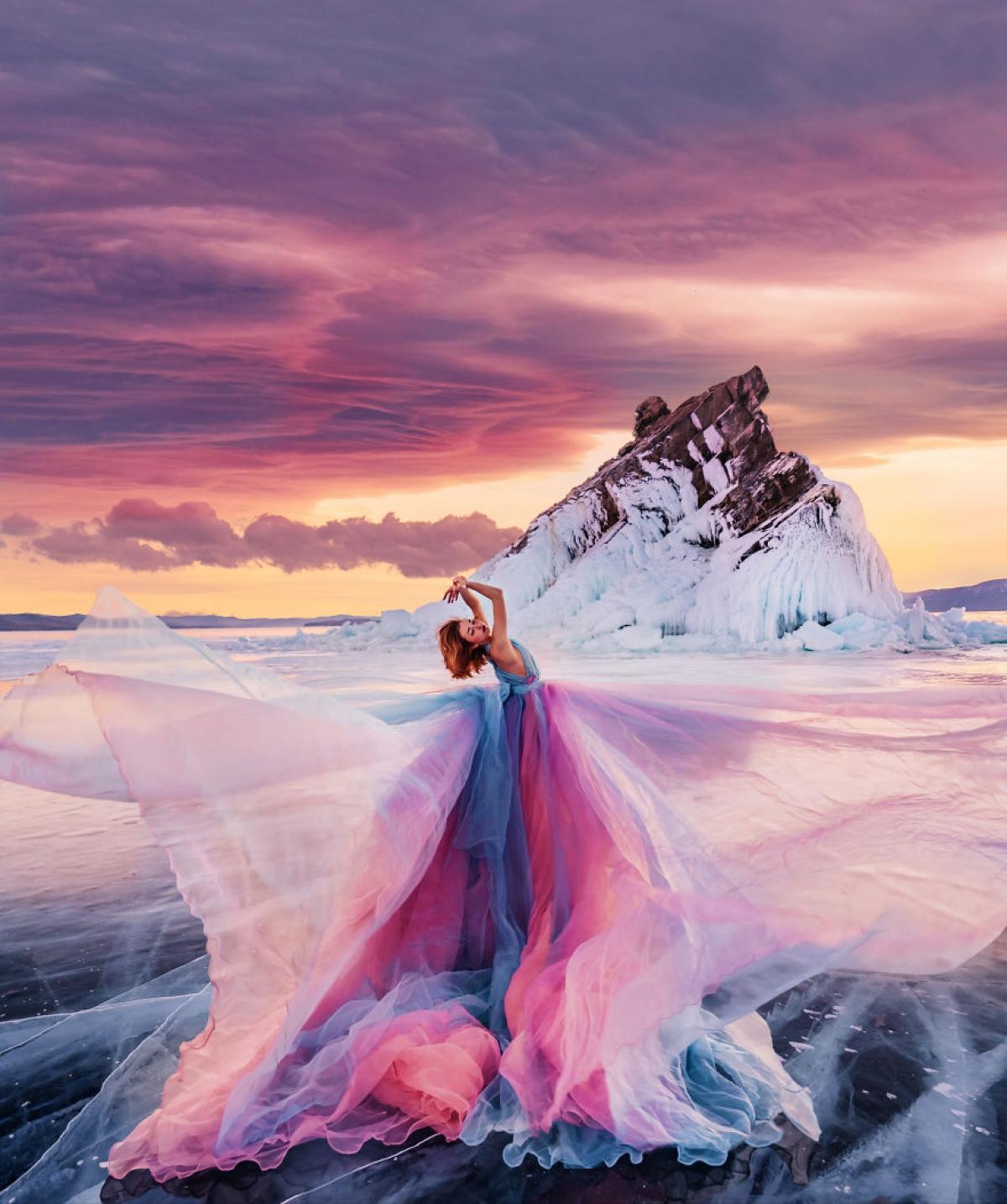 Bộ váy của vũ công hoà hợp ăn ý với khung cảnh thiên nhiên.
