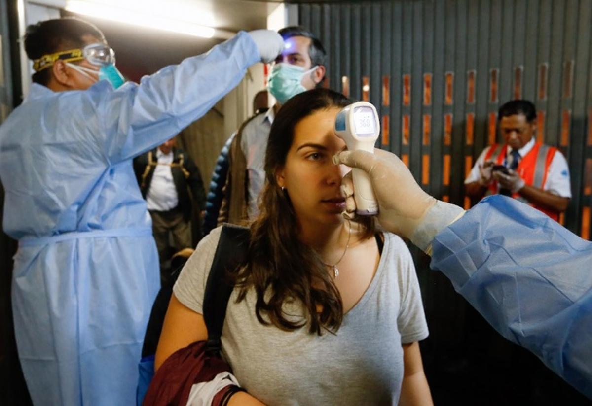 Sân bay quốc tế tại Peru kiểm tra thân nhiệt hành khách trên chuyến bay đến từ Tây Ban Nha ngày 12/3. Ảnh:AFP.