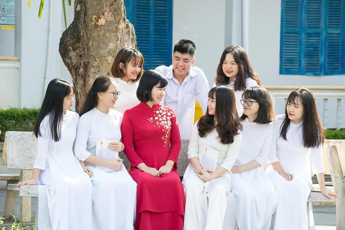 Cô Trần Quỳnh Chi, giáo viên trường THPT chuyên tỉnh Tuyên Quang khiến nhiều học sinh yêu thích môn Lịch sử bằng những phương pháp dạy sáng tạo. (Ảnh: NVCC)