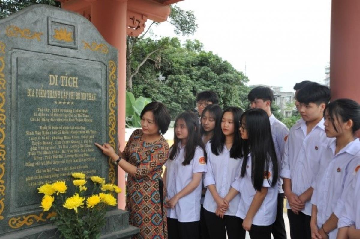 Để học sinh có cái nhìn sinh động, chân thực về các sự kiện lịch sử, cô Chi thường tổ chức các buổi đi thực tế tại bảo tàng, các khu di tích. (Ảnh: NVCC)