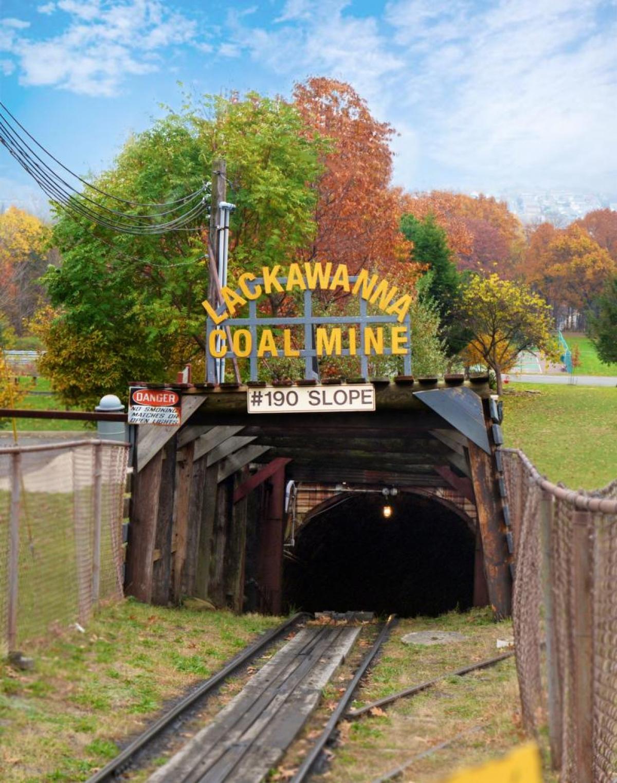 Mỏ than Lackawanna ghi dấu một phần lịch sử quan trọng của thành phố Scranton. Du khách được xuống gần 100 mét dưới lòng đất để tham quan khu mỏ. Hướng dẫn viên sẽ giải thích về lịch sử khai thác than, các thiết bị và phương pháp làm việc từng được sử dụng trước kia.