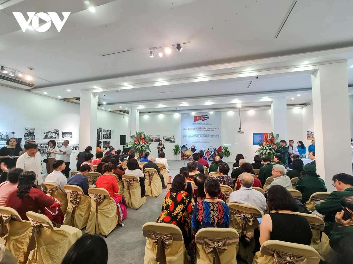 A large number of delegates are in attendance for the photo exhibition's opening ceremony in Hanoi.