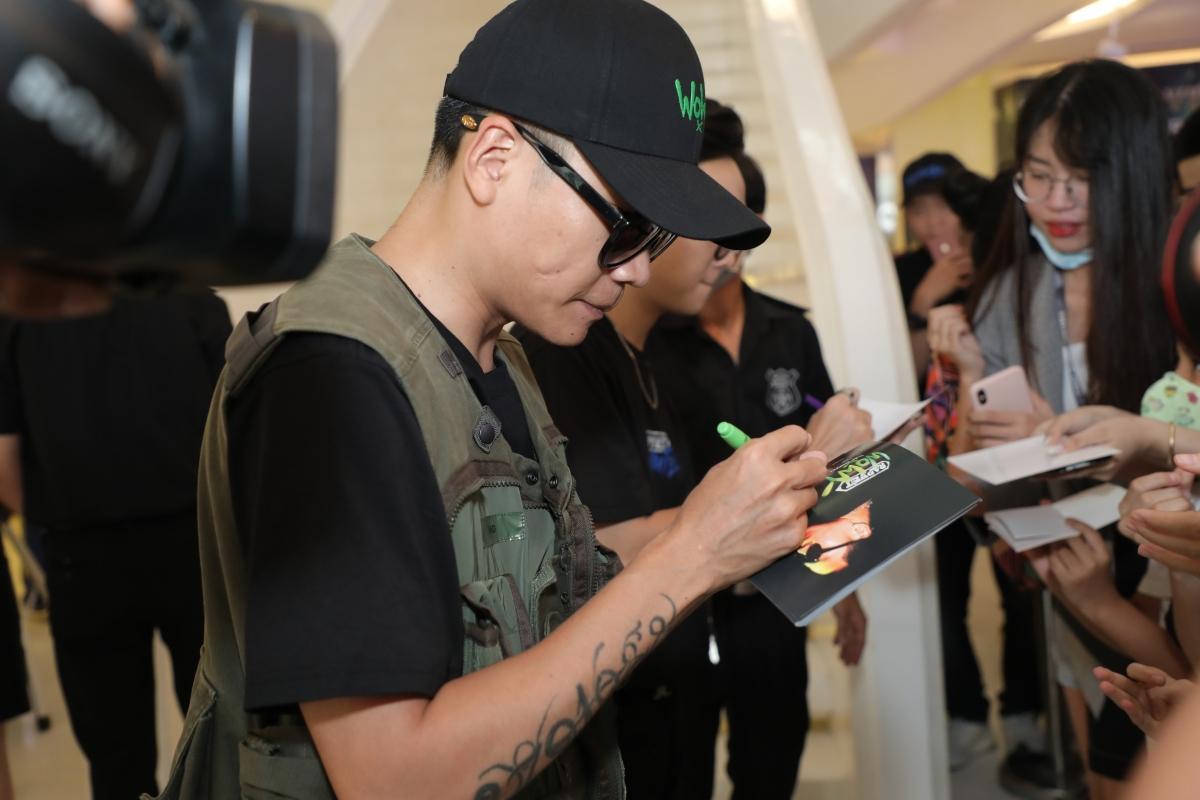 Wowy ký tặng và trò chuyện với người hâm mộ.
