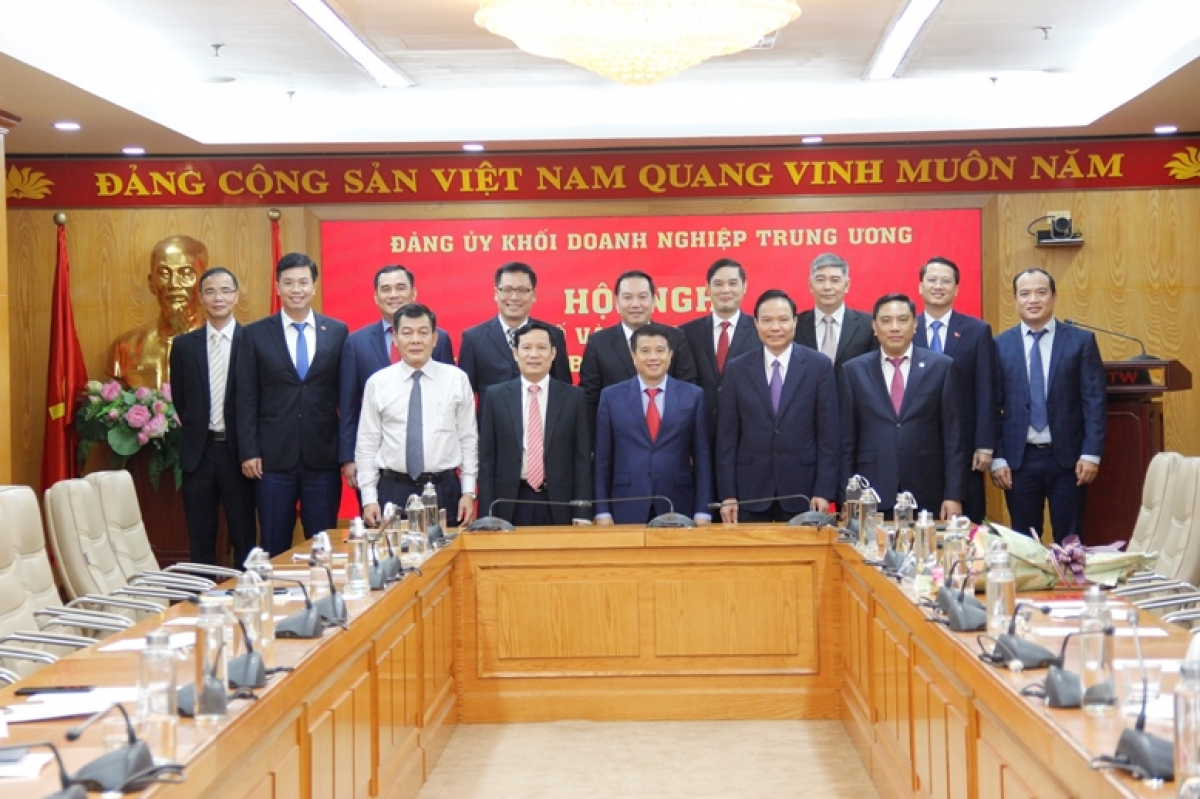 Thường trực Đảng ủy Khối chụp ảnh lưu niệm cùng các cán bộ được điều động, phân công nhiệm vụ tại các ban, đơn vị thuộc Đảng ủy Khối Doanh nghiệp Trung ương.