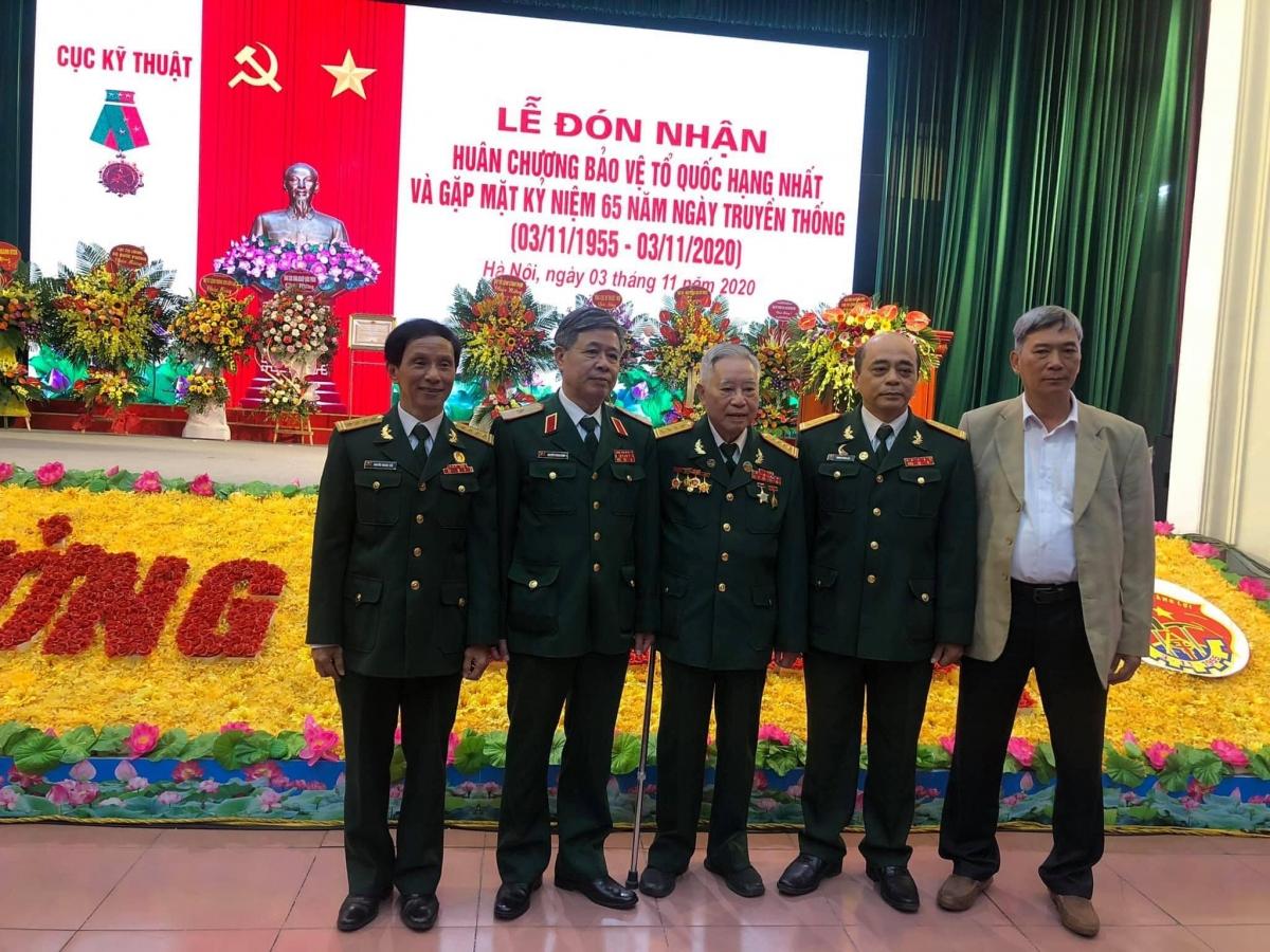 Đại tá Nguyễn Quý (người đứng giữa) chụp cùng các đồng đội của mình.