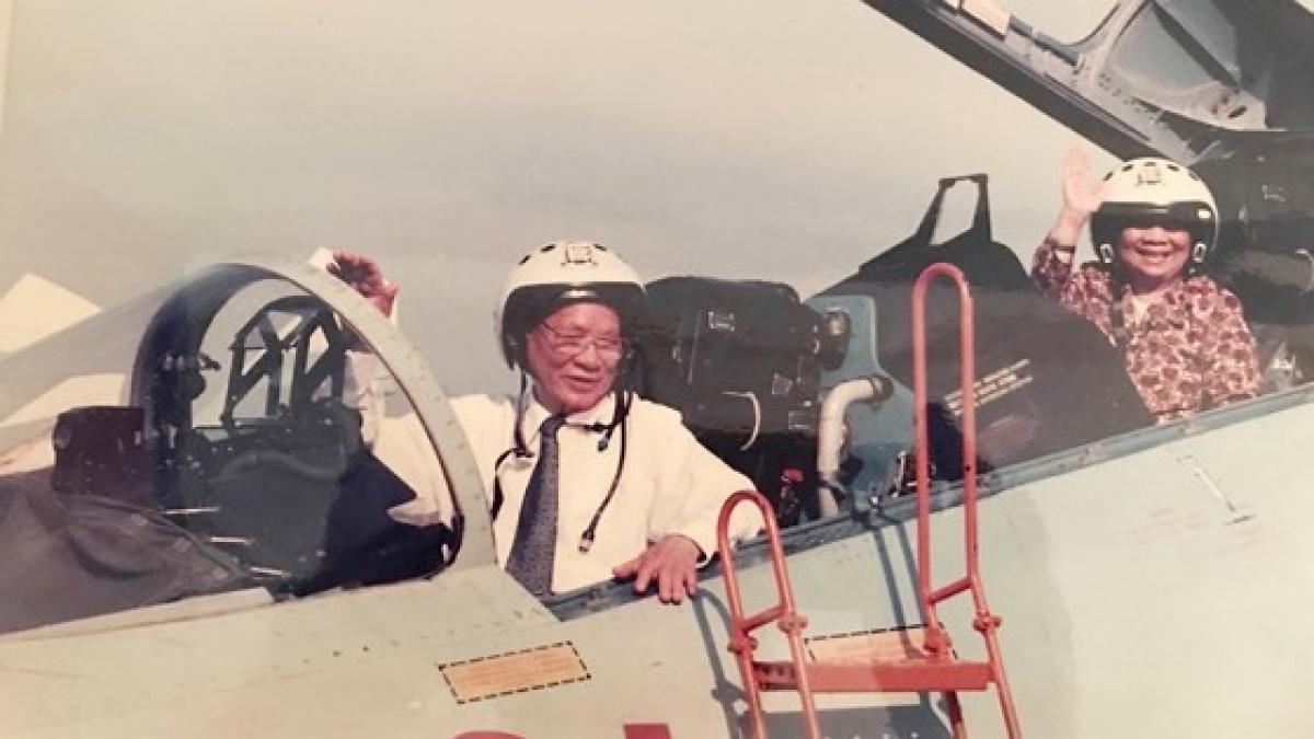 Đại tướng Lê Đức Anh và phu nhân thăm trung đoàn không quân 937 vào tháng 5-1996. Ảnh: Tư liệu