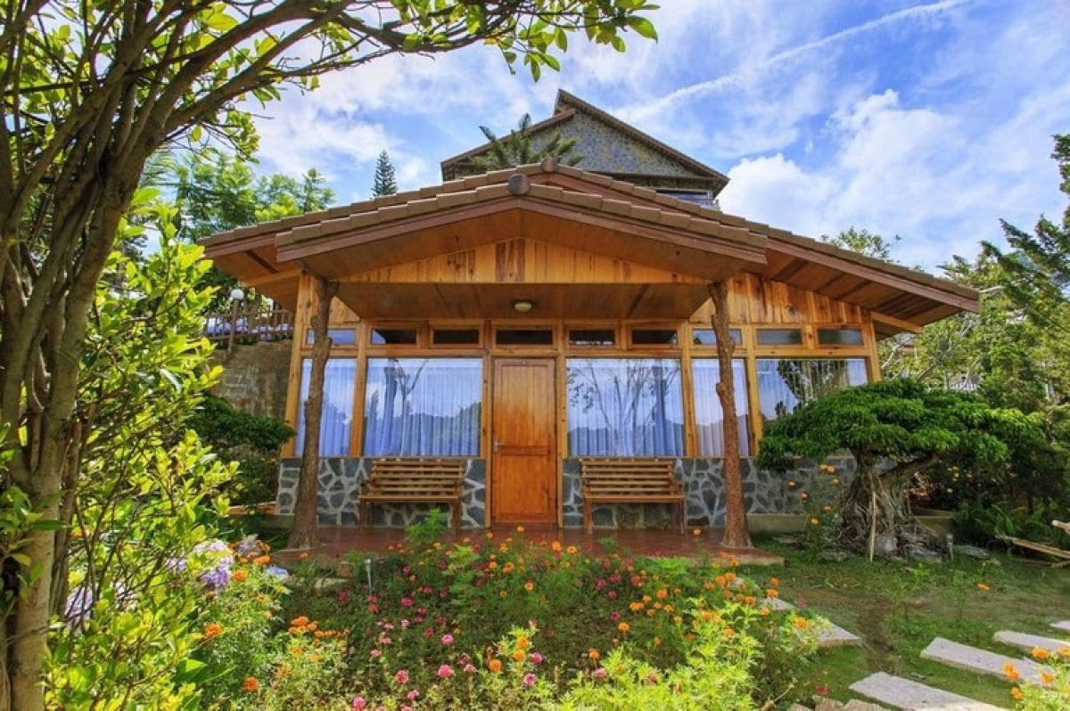 Zen Valley Da Lat represents a peaceful retreat from the nation's urban madness. Visitors can fully embrace nature here whilst the decor is wooden, which gives a welcoming vibe.