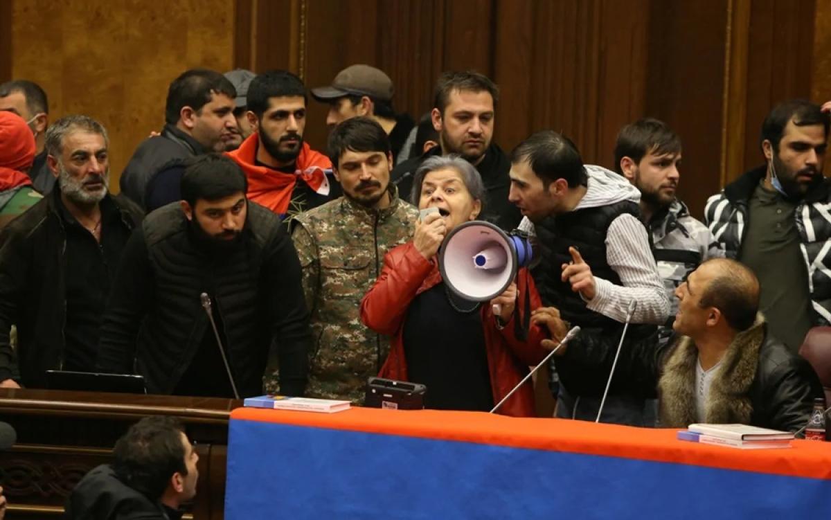Người dân Armenia xông vào trụ sở quốc hội nước này để phản đối sau khi Thủ tướng Armenia ký thỏa thuận đình chiến với Azerbaijan và Nga (dưới sự trung gian của Nga). Ảnh: Reuters.