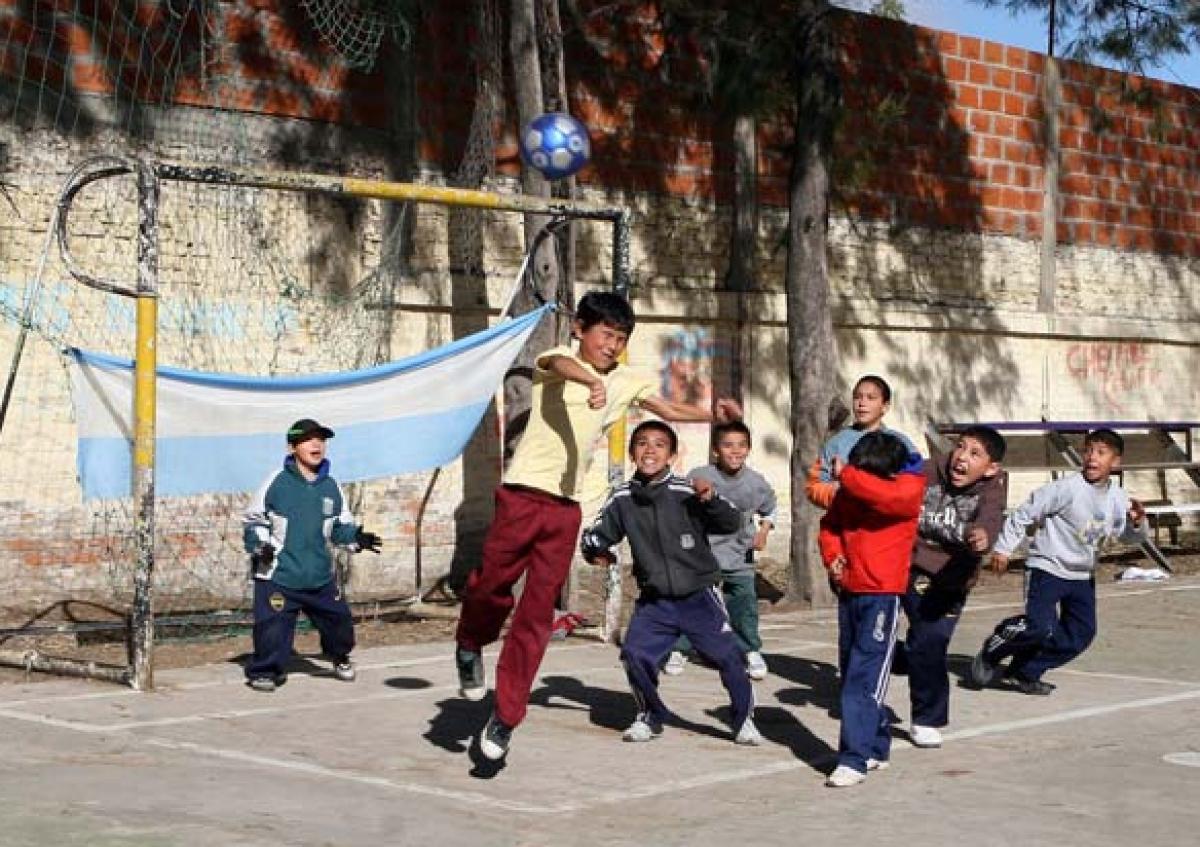 Maradona bắt đầu tình yêu với trái bóng tại đường phổ Villa Fiorito. Nguồn: privatetourguidebuenosaires.com