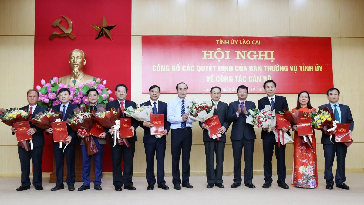 Trao quyết định phân công, điều động 9 cán bộ thuộc diện quản lý của Ban Thường vụ Tỉnh ủy (Ảnh: Báo Lào Cai)