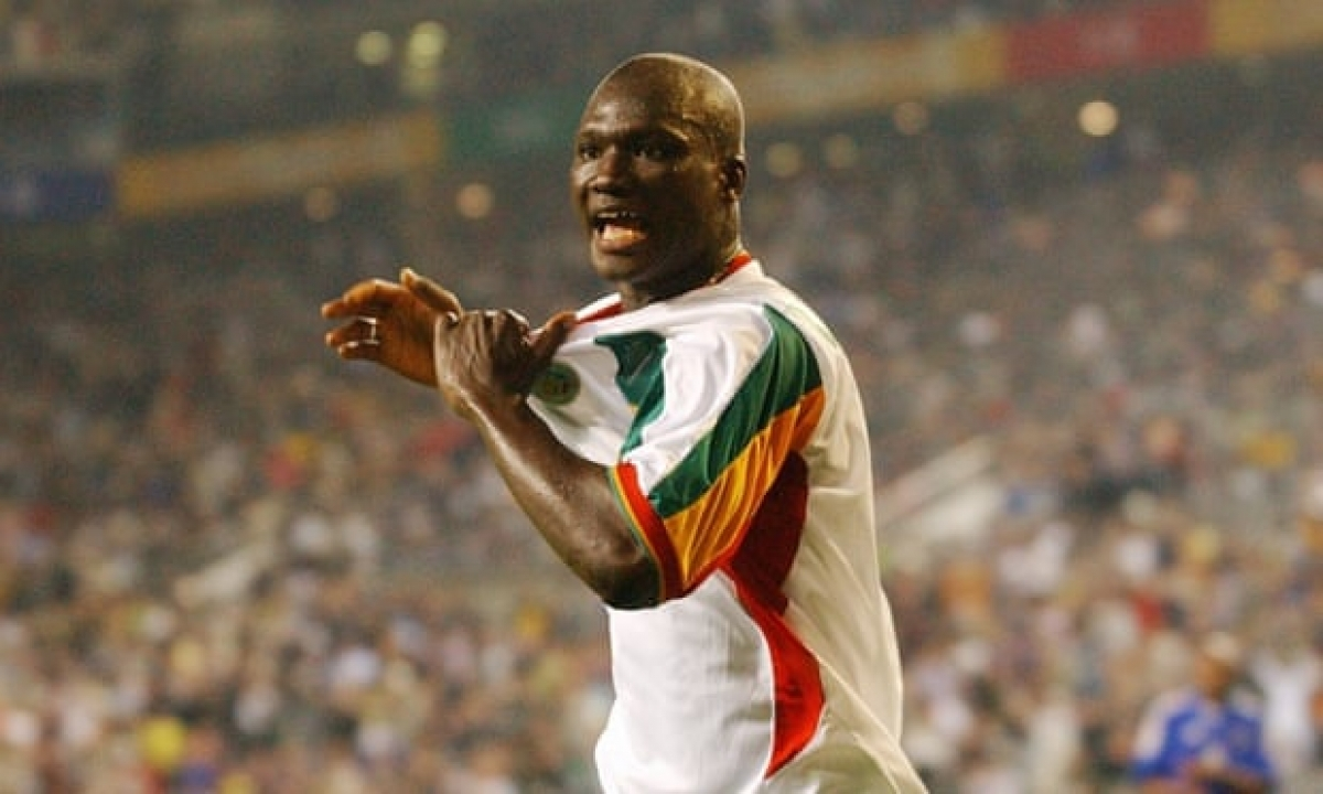 Papa Bouba Diop ăn mừng bàn thắng để đời vào lưới ĐT Pháp. (Ảnh: Getty)