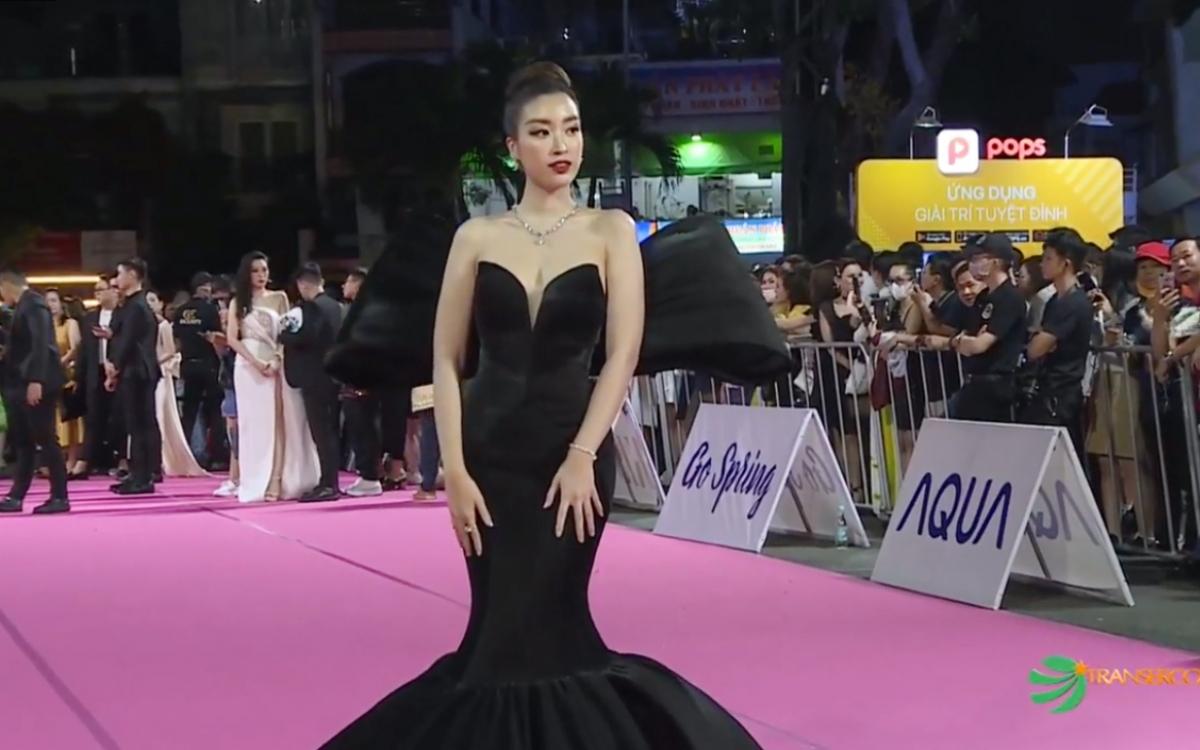 Hoa hậu Việt Nam 2016 Đỗ Mỹ Linh huyền bí với đầm đen.