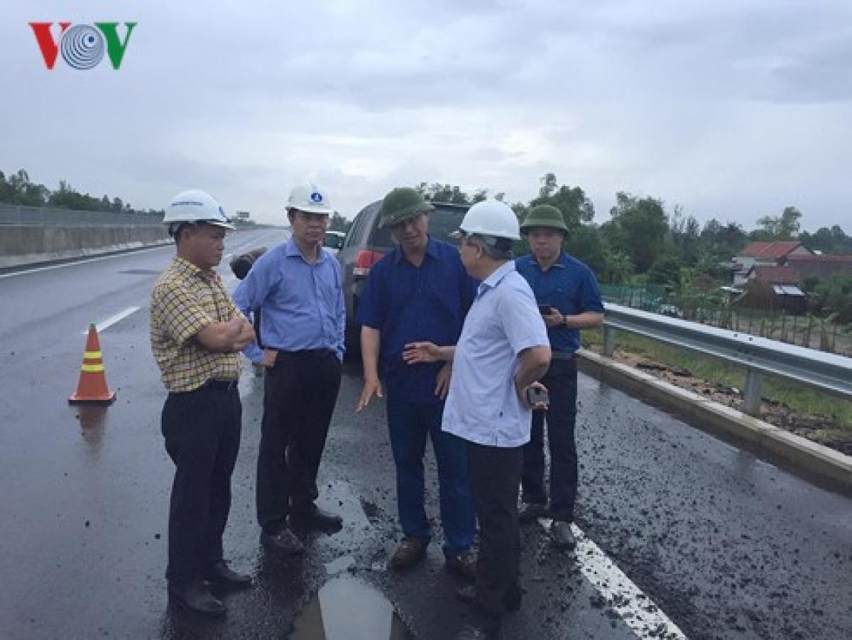 Lãnh đạo Bộ GTVT kiểm tra tuyến cao tốc tỷ đô Đà Nẵng - Quảng Ngãi vừa thông xe đã hỏng trước đó.