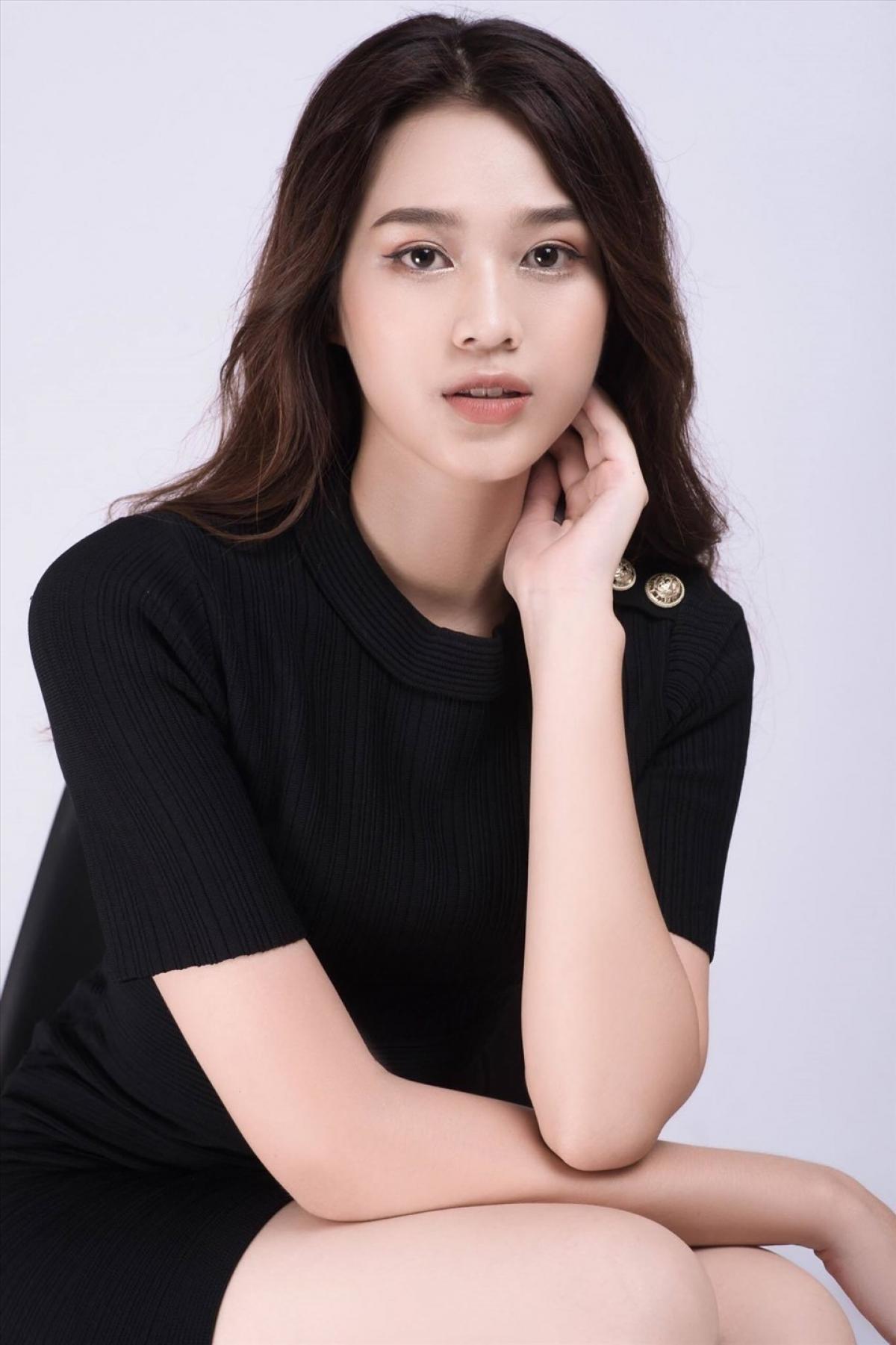 Tân Hoa hậu có gương mặt sáng, thanh thoát với các đường nét ấn tượng.