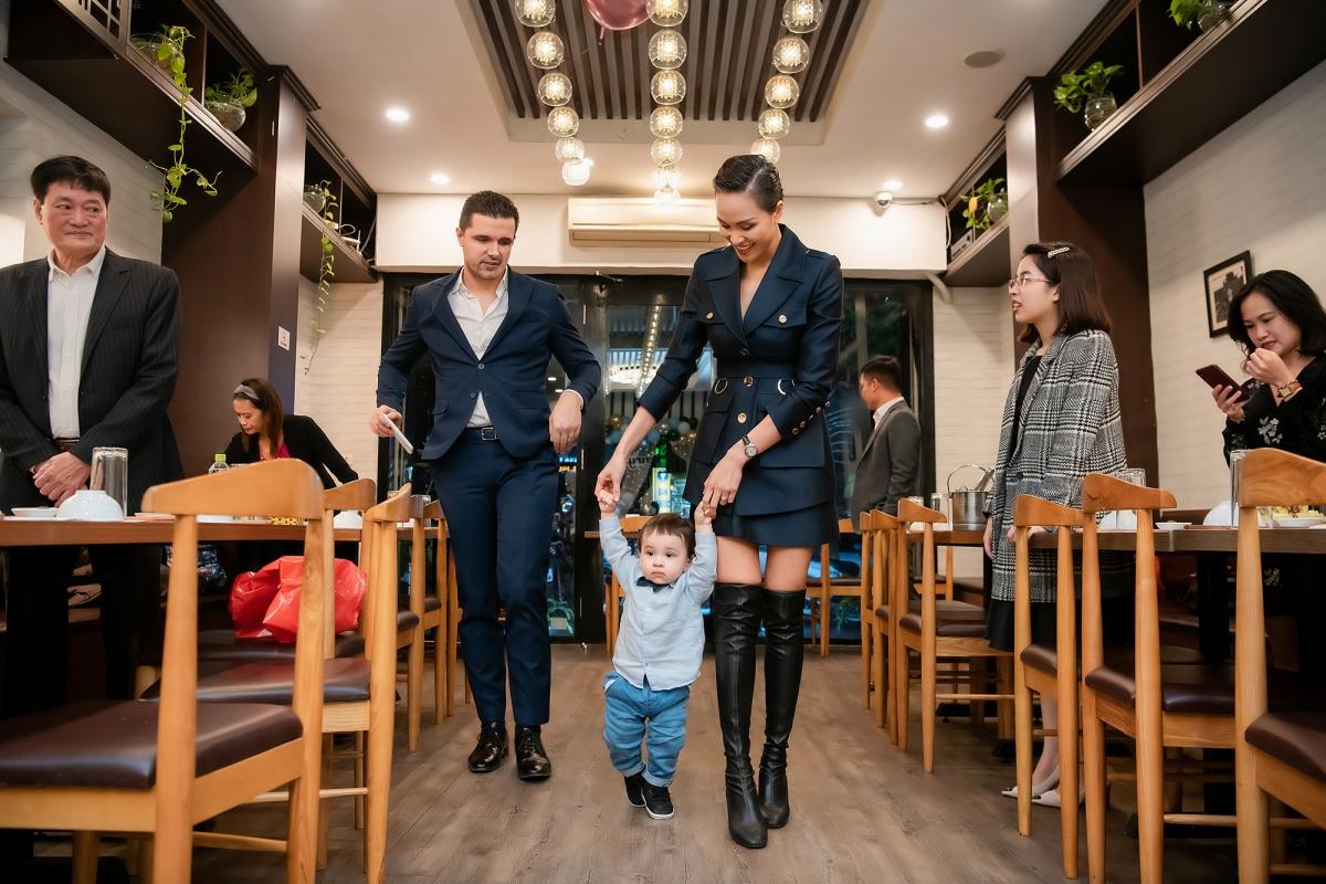 Mặc dù còn ít ngày nữa mới tới sinh nhật 1 tuổi của bé Henryk (nickname: Khủng Long) nhưng Phương Mai đã tổ chức bữa tiệc sớm để chúc mừng con trai đầu lòng.