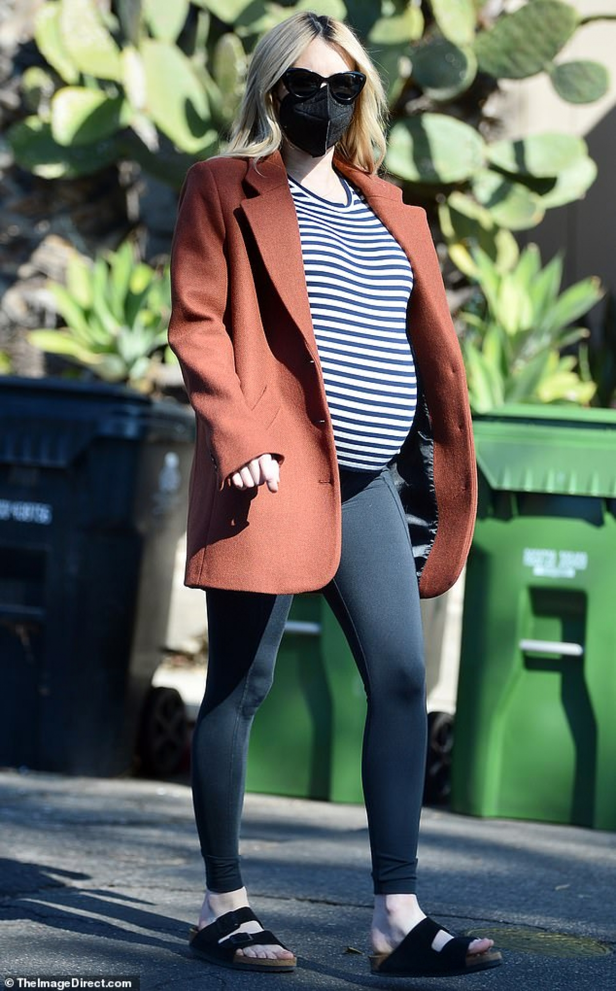 Emma Roberts gây chú ý khi một mình ra phố mua đồ trong dịp Lễ tạ ơn ở Los Angeles vừa qua.