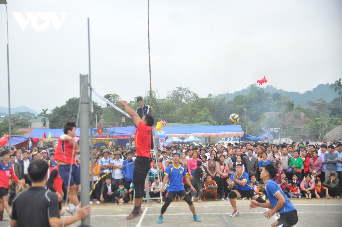 A number of folk games take place amid the bustling atmosphere of those in attendance.