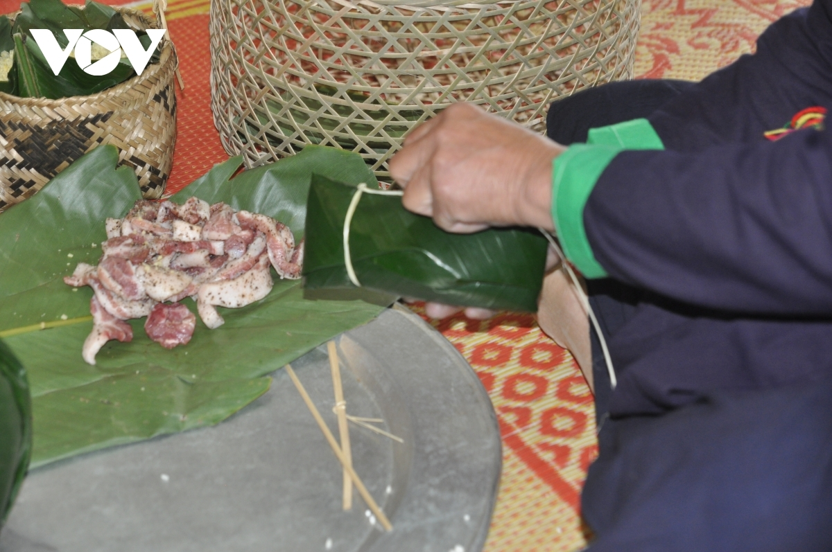The cake is made from sticky rice, pork, and green beans before being wrapped in La dong (Dong leaves).