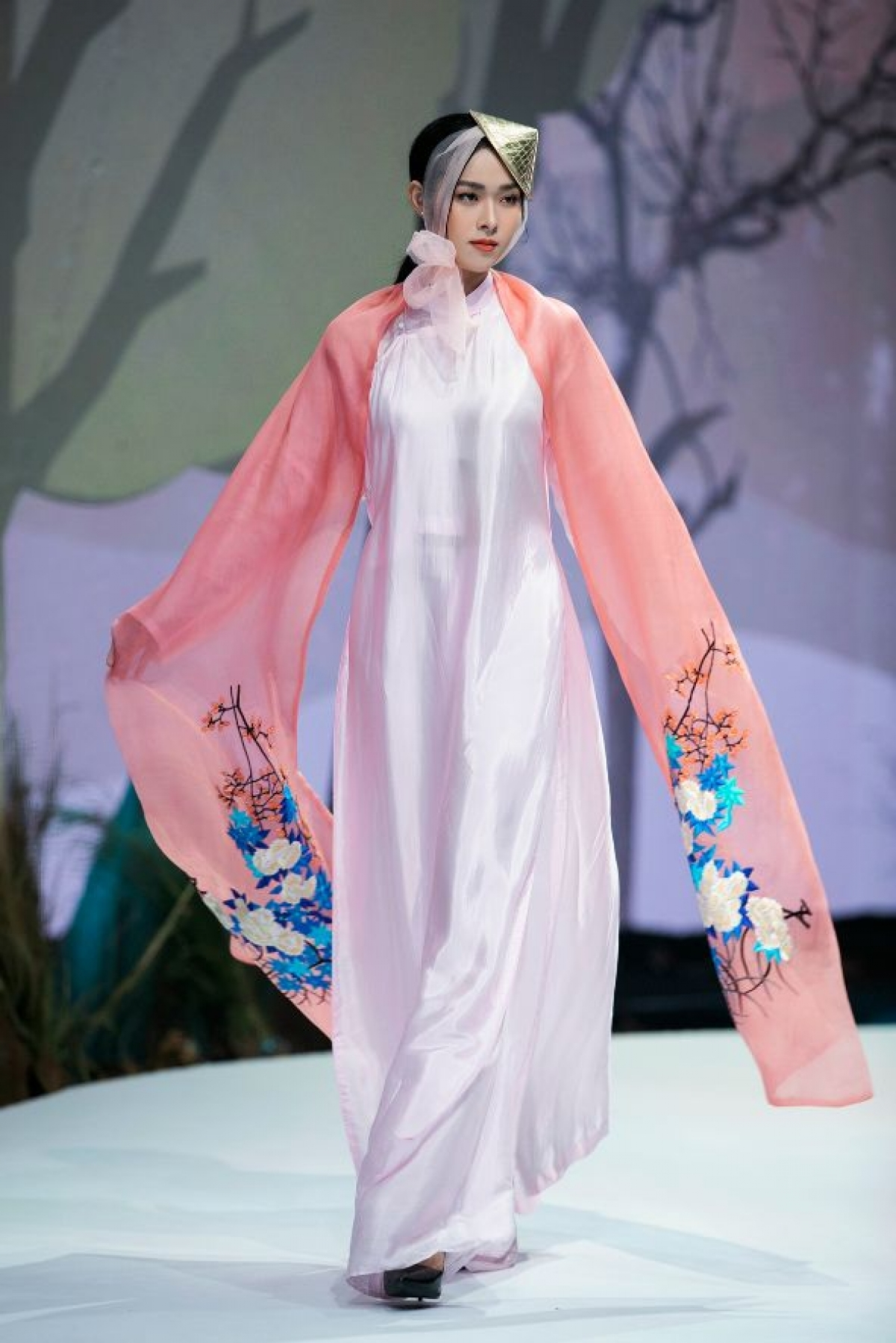 An Ao Dai collection by designer Vu Viet Ha opens the fashion show, with actress Diep Bao Ngoc serving as vedette for the occasion.