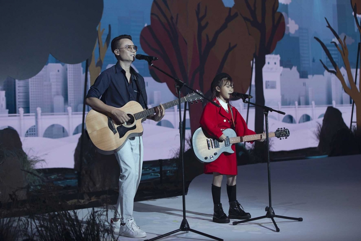 Singer Hoang Bach and his daughter put on a guitar performance to excite members of the audience.