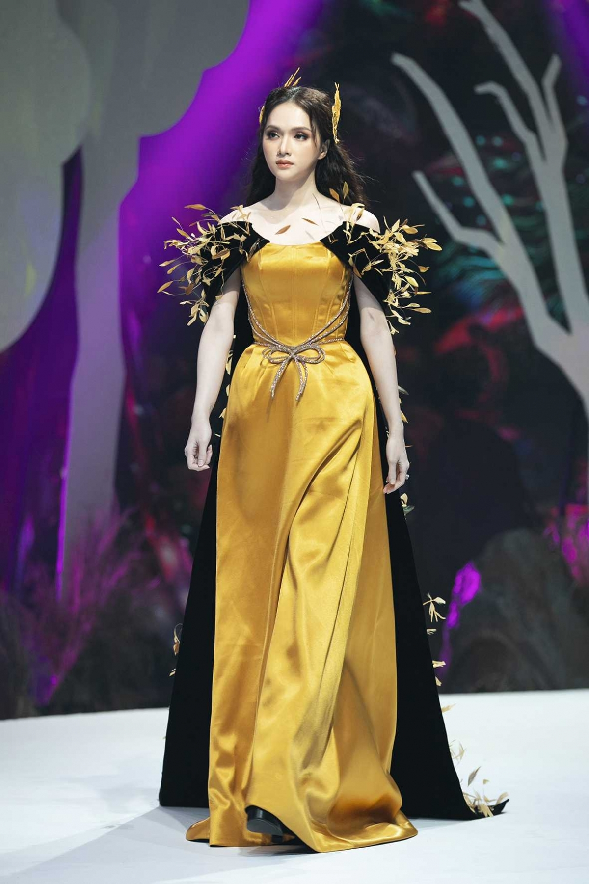 Huong Giang, Miss International Queen 2018, looks graceful while serving as vedette of the show.