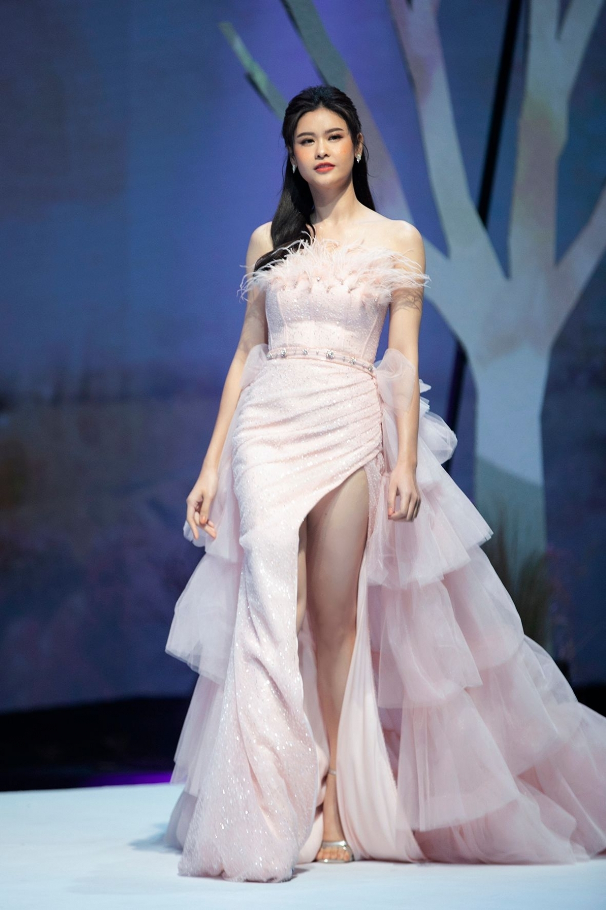 Actress Truong Quynh Anh appears charming whilst wearing a pastel pink outfit.