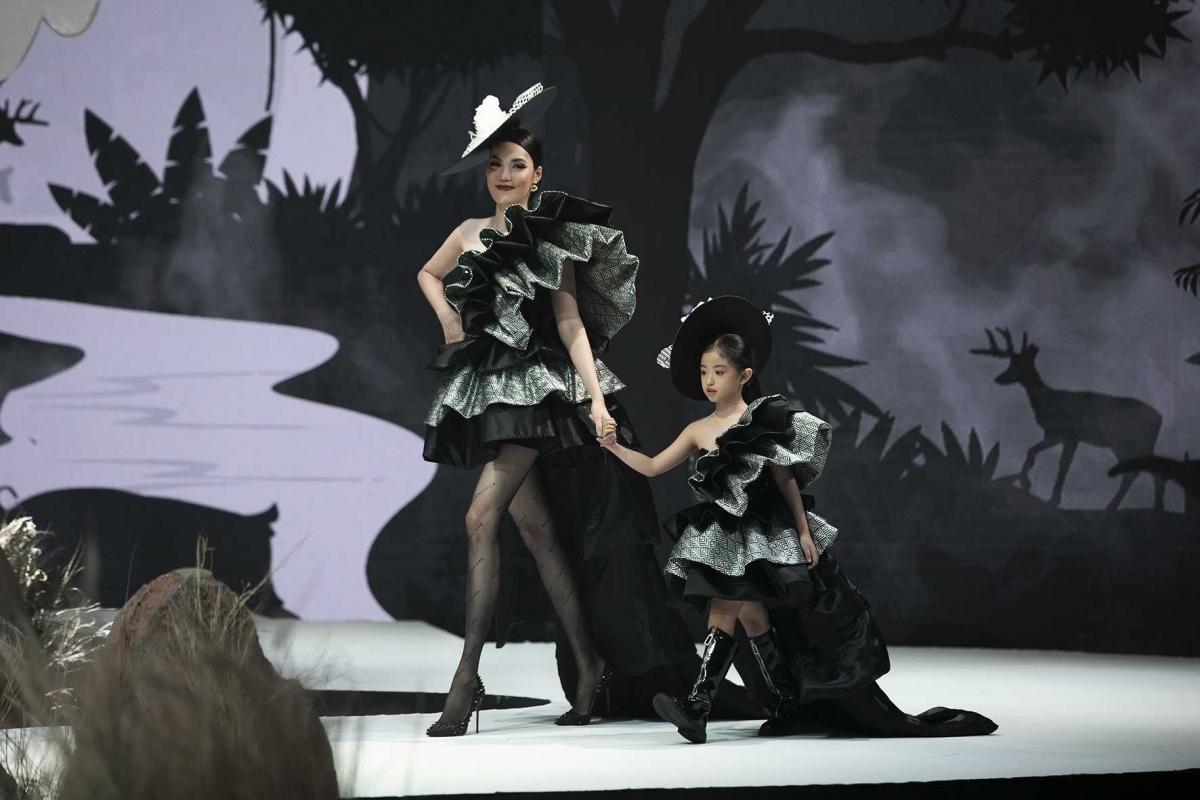 Lan Khue (L), Miss Ao Dai 2015, models an outfit by designer Ta Linh Nhan.
