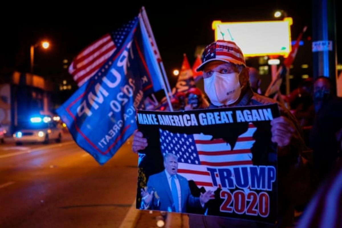 Những người ủng hộ Tổng thống Trump tập trung bên ngoài một nhà hàng ở Miami, Florida tối 3/11. Ảnh: Getty