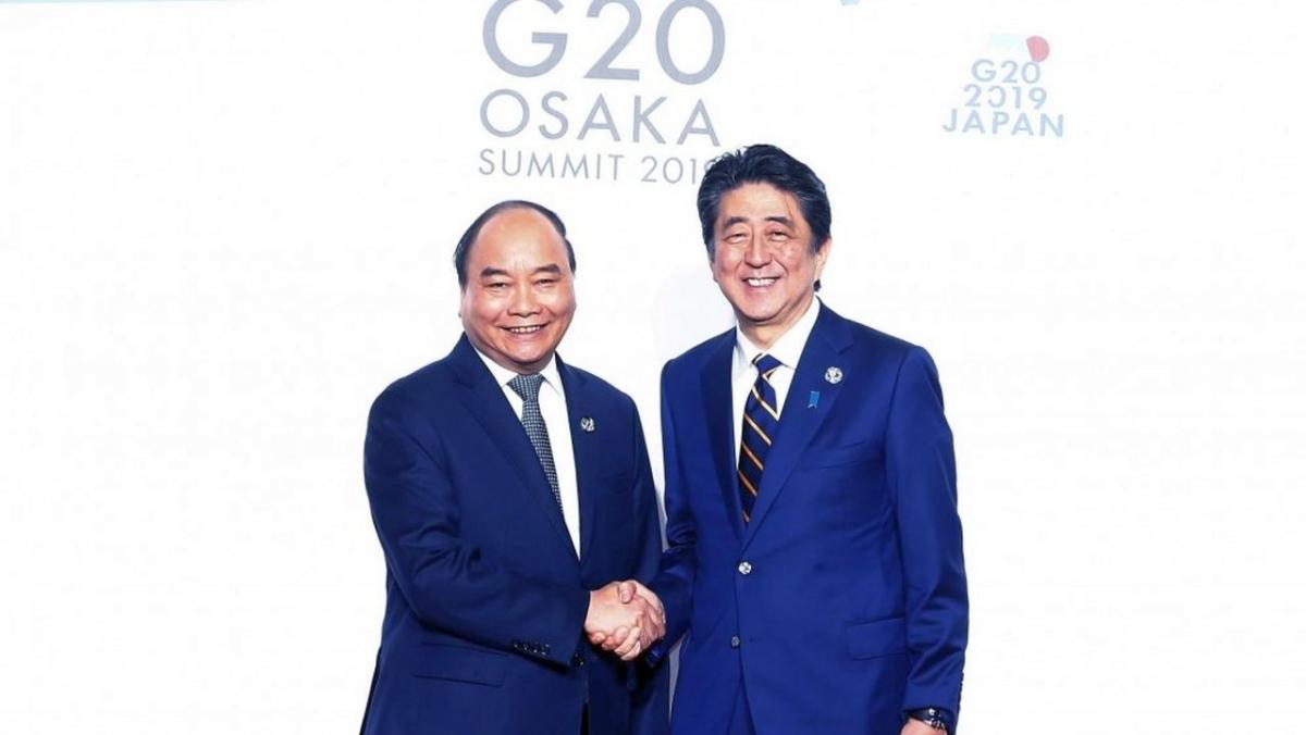 Thủ tướng Nguyễn Xuân Phúc (trái) bắt tay Thủ tướng nước chủ nhà Nhật Bản Abe Shinzo tại Hội nghị Thượng đỉnh G20 diễn ra tại Osaka năm 2019.