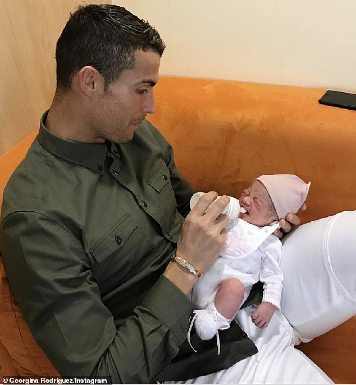 """Trên trang Instagram trước đó, Georgina Rodriguez bất ngờ chia sẻ hình ảnh bạn trai C.Ronaldo đang cho con gái bú bình kèm dòng chú thích, """"Tình yêu thuần khiết. Bức ảnh này khiến tôi rất phấn khích. Cả nhà yêu con, cuộc sống của bố mẹ. Chúc mừng sinh nhật con gái, 3 tuổi"""". Điều đáng chú ý là danh thủ Bồ Đào Nha trông khá căng thẳng khi một tay giữ đầu con gái mới sinh, một tay giữ bình sữa."""