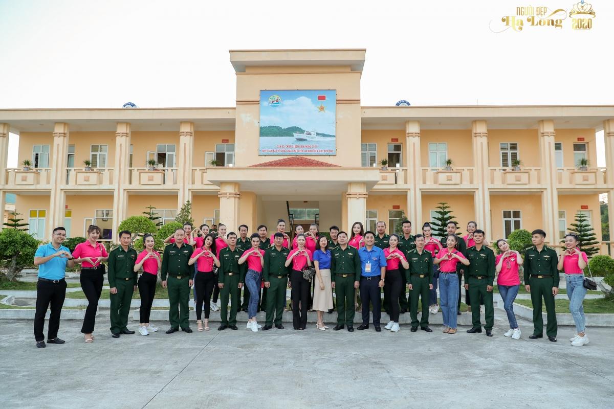 Các thí sinh Vòng Chung kết cuộc thi Người đẹp Hạ Long 2020 giao lưu với cán bộ, chiến sĩ biên phòng trên đảo Cô Tô.