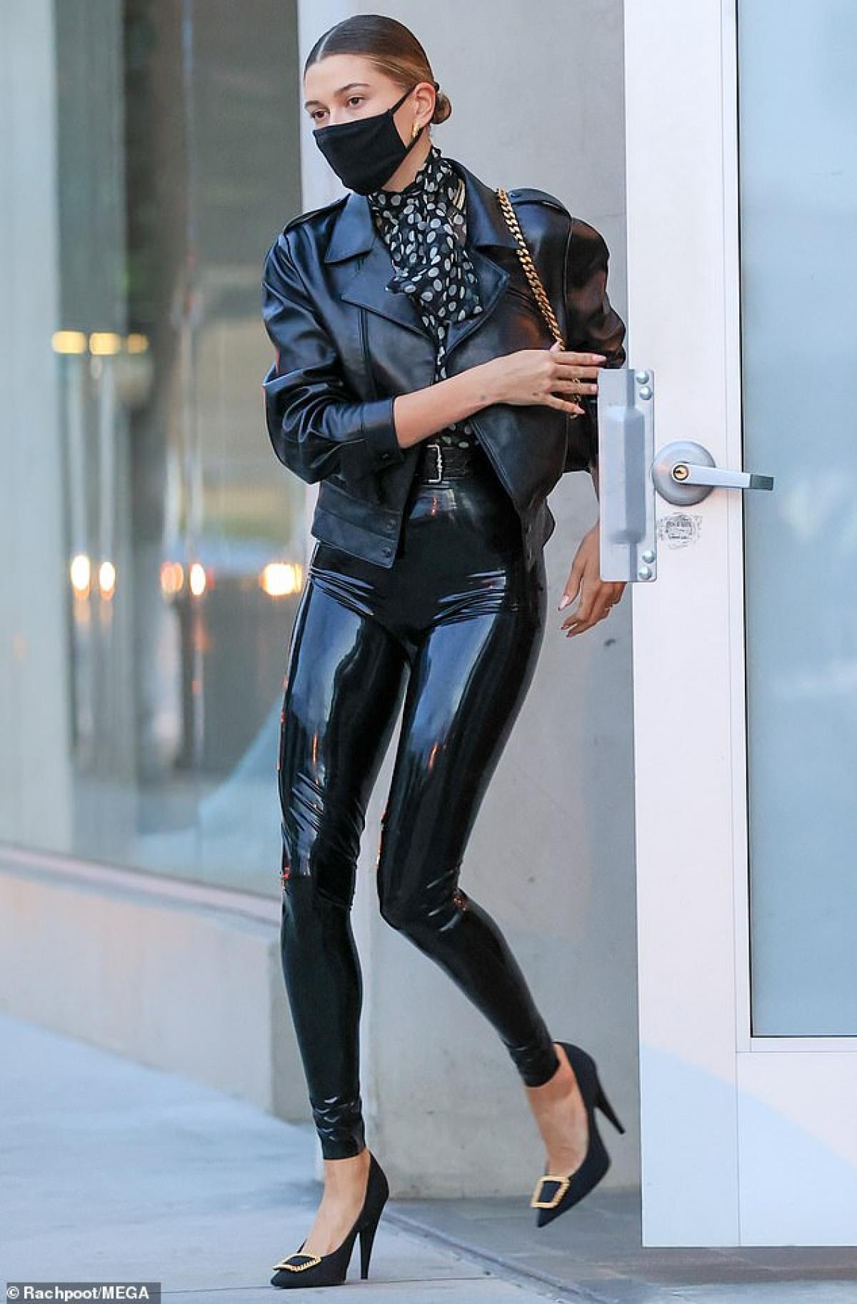 Hailey Baldwin gây chú ý khi vừa rời khỏi nơi làm việc của nhà tạo mẫu nổi tiếng Maeve Reilly ở Los Angeles dịp cuối tuần.