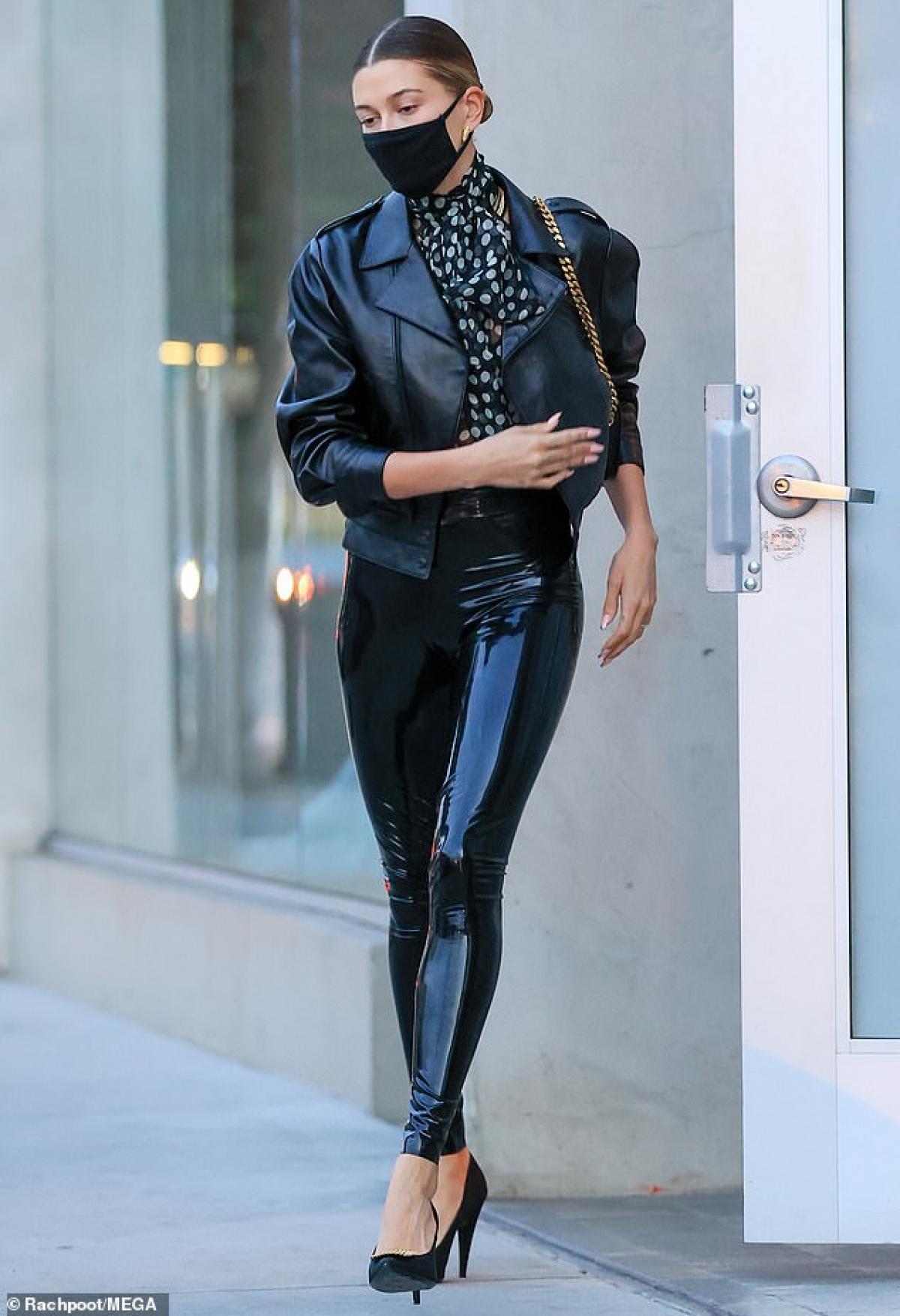 Bà xã Justin Bieber được thu hút bởi vẻ ngoài cá tính cùng gu thời trang sang chảnh, đẳng cấp.