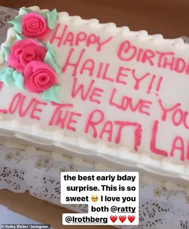 Mới đây, cô cũng đã nhận được bánh kem do bạn bè tặng ngay trước thềm sinh nhật./.