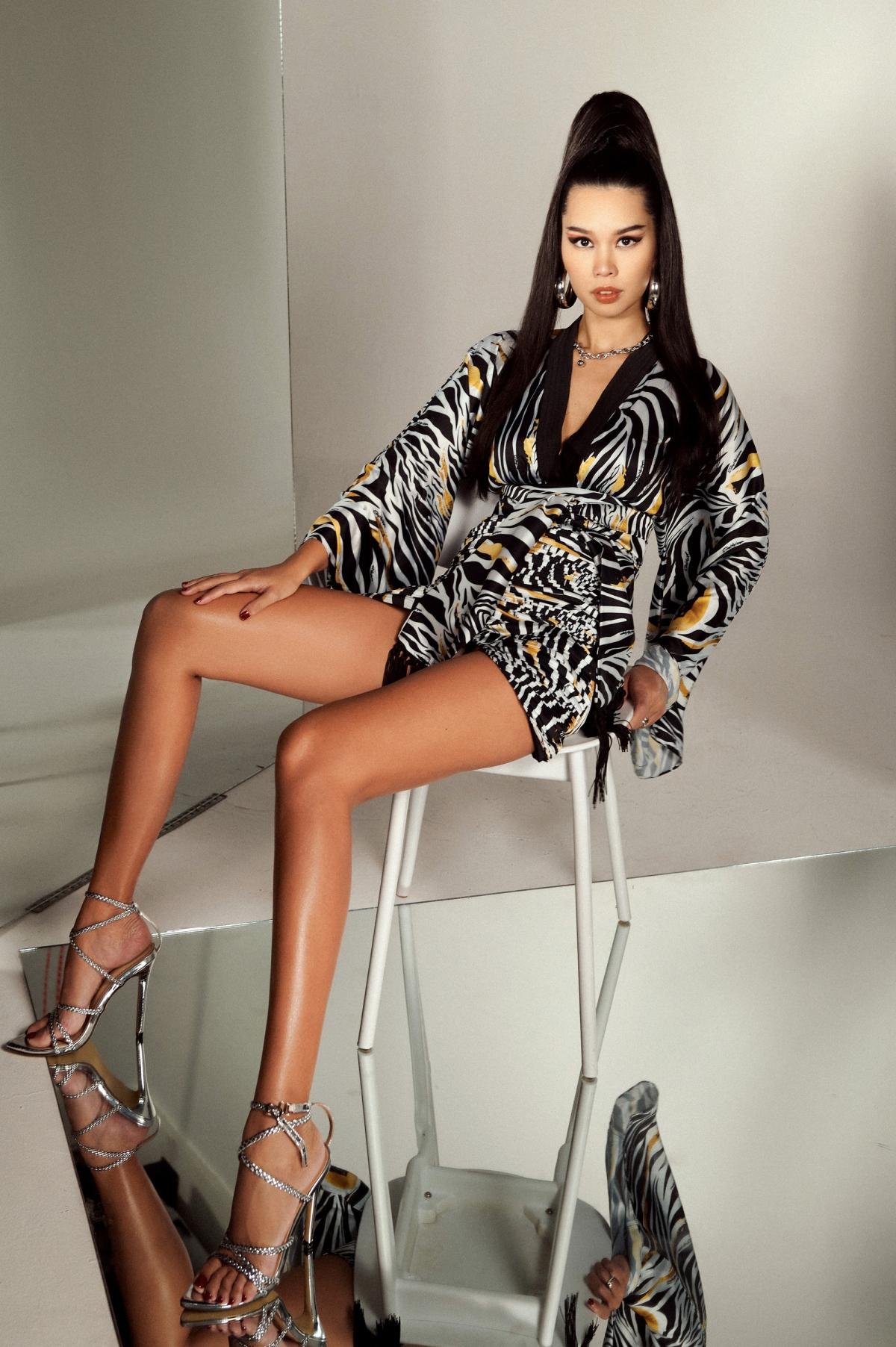 """Từ khi về Việt Nam hoạt động với vai trò người mẫu, Hà Anh xây dựng cho mình danh hiệu """"nữ hoàng sexy"""", """"nữ hoàng bikini"""" của làng thời trang. Cô sở hữu thân hình với ba vòng lý tưởng và thần thái lạnh lùng, quyến rũ. Chưa có bất cứ người mẫu nào chụp ảnh bikini nhiều như Hà Anh."""