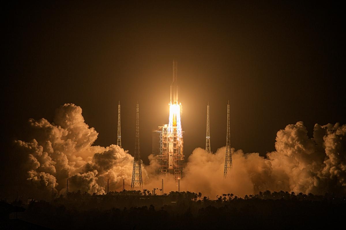 Tàu Hằng Nga 5, thiết bị thăm dò Mặt Trăng của Trung Quốc đã được phóng thành công. Ảnh: Nhân dân nhật báo.