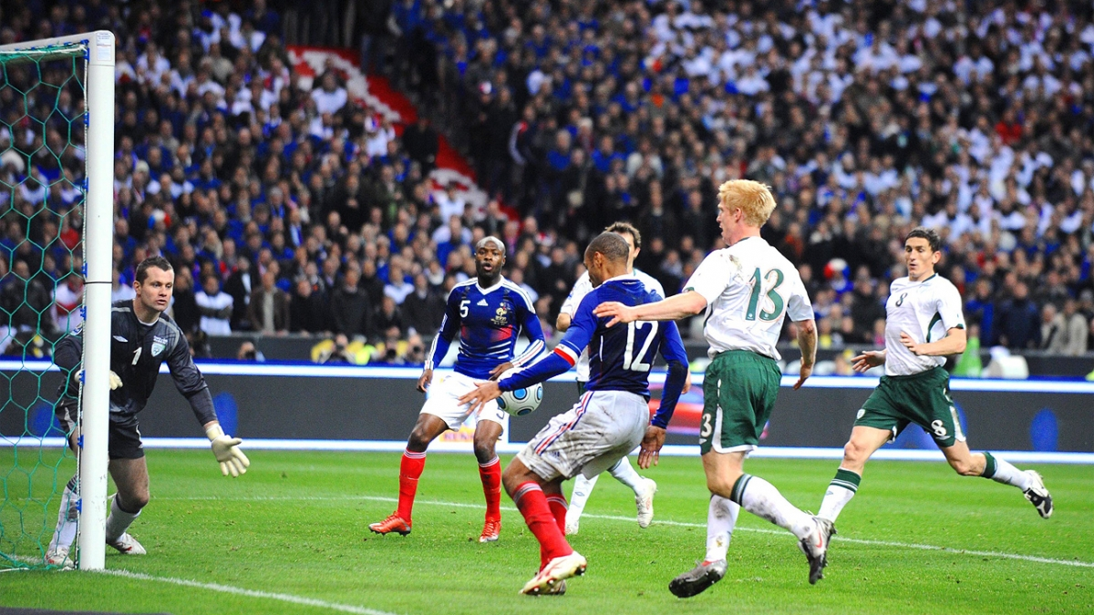 Khoảnh khắc Henry dùng tay chơi bóng đưa ĐT Pháp đến World Cup 2010 (Ảnh: Getty)