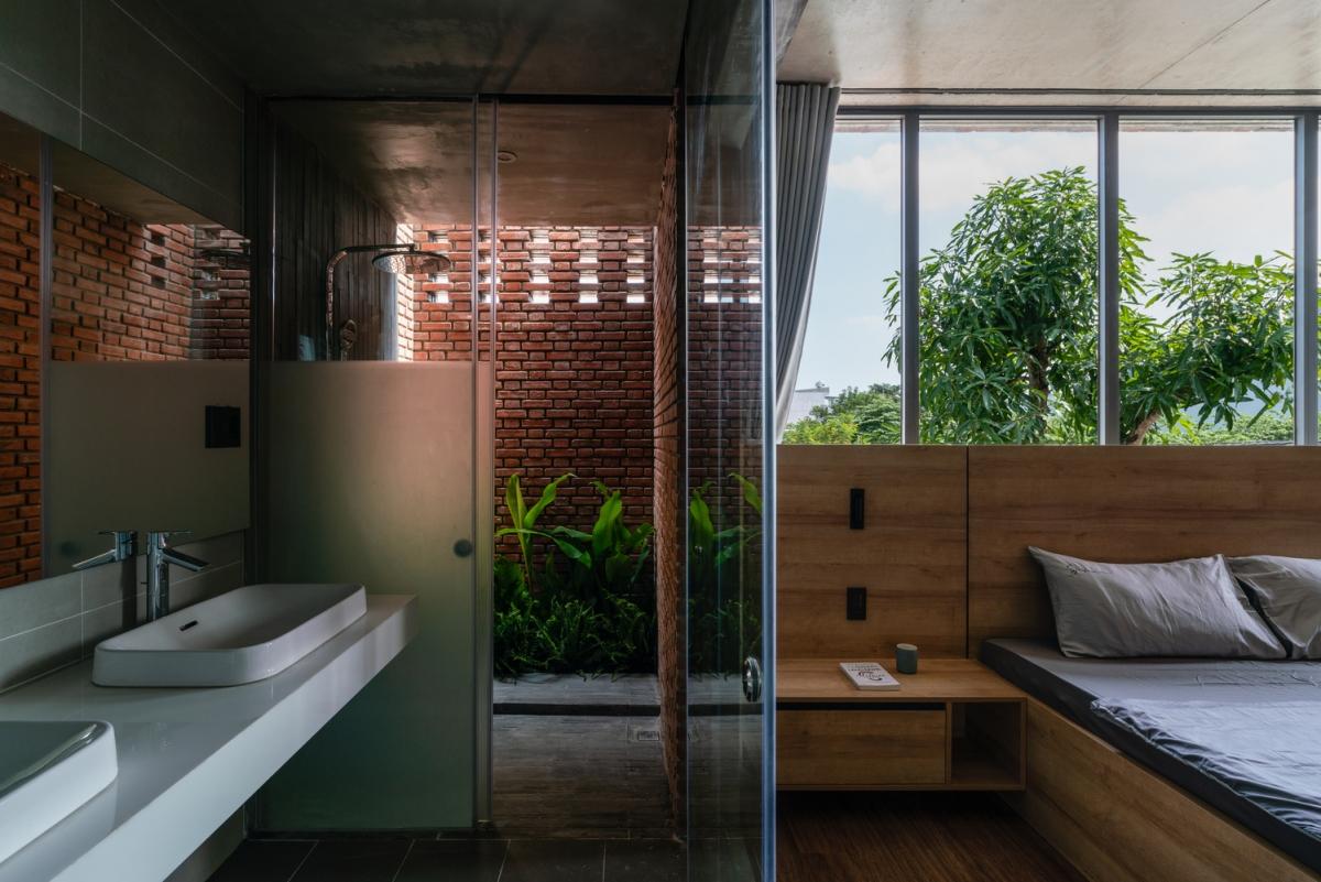 Phòng ngủ bố mẹ đặt ngay bên cạnh, phòng có thiết kế mở, gần gũi với thiên nhiên.