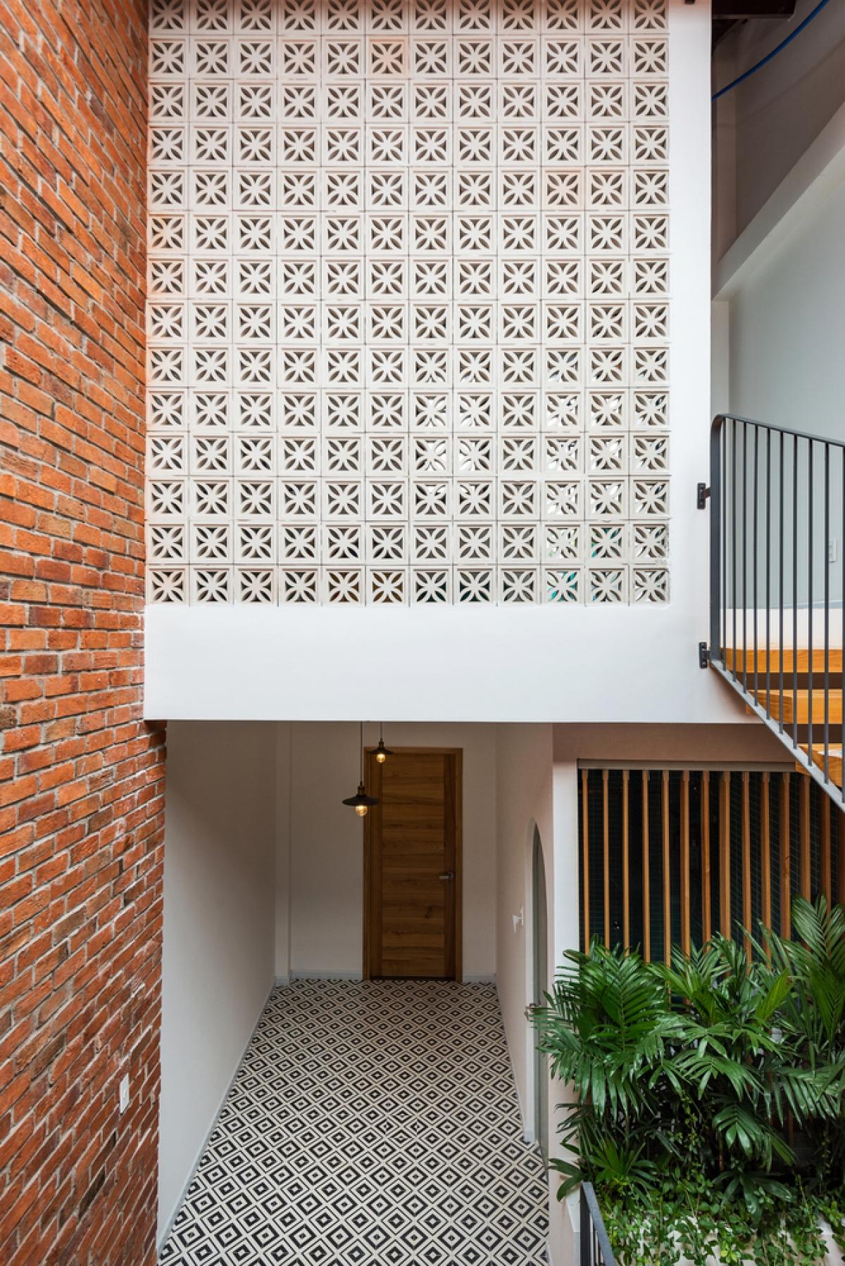 Tầng trệt bắt đầu với lối vào lệch tầng để đưa ánh sáng và gió vào sâu trong nhà.